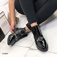 Женские черные кожаные лаковые демисезонные ботинки на флисе с брошью