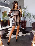 Черное платье в горошек с открытыми плечами и оборками