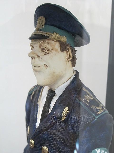 Оригинальная статуэтка Инспектор налоговой полиции (с лозунгом - а ты заплатил налоги?)