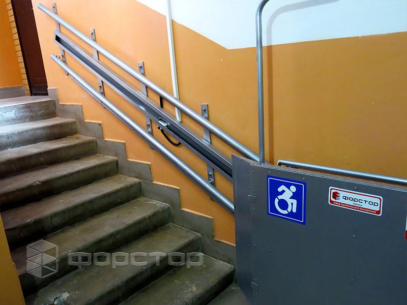 Инвалидный подъемник в подъезде