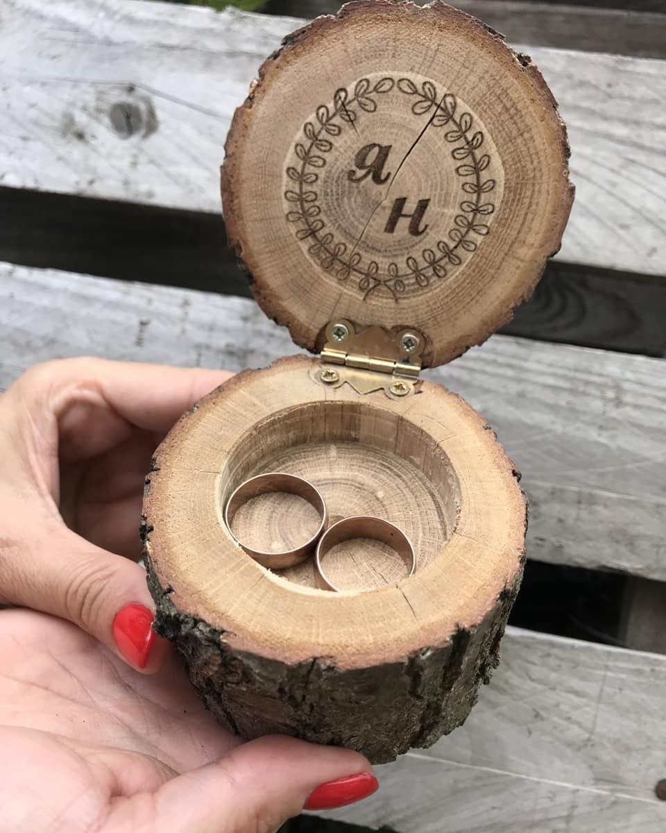 Дерев'яна шкатулка для обручок