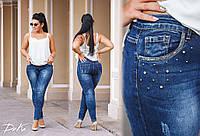 Женские стильные джинсы со стразами на карманах батал