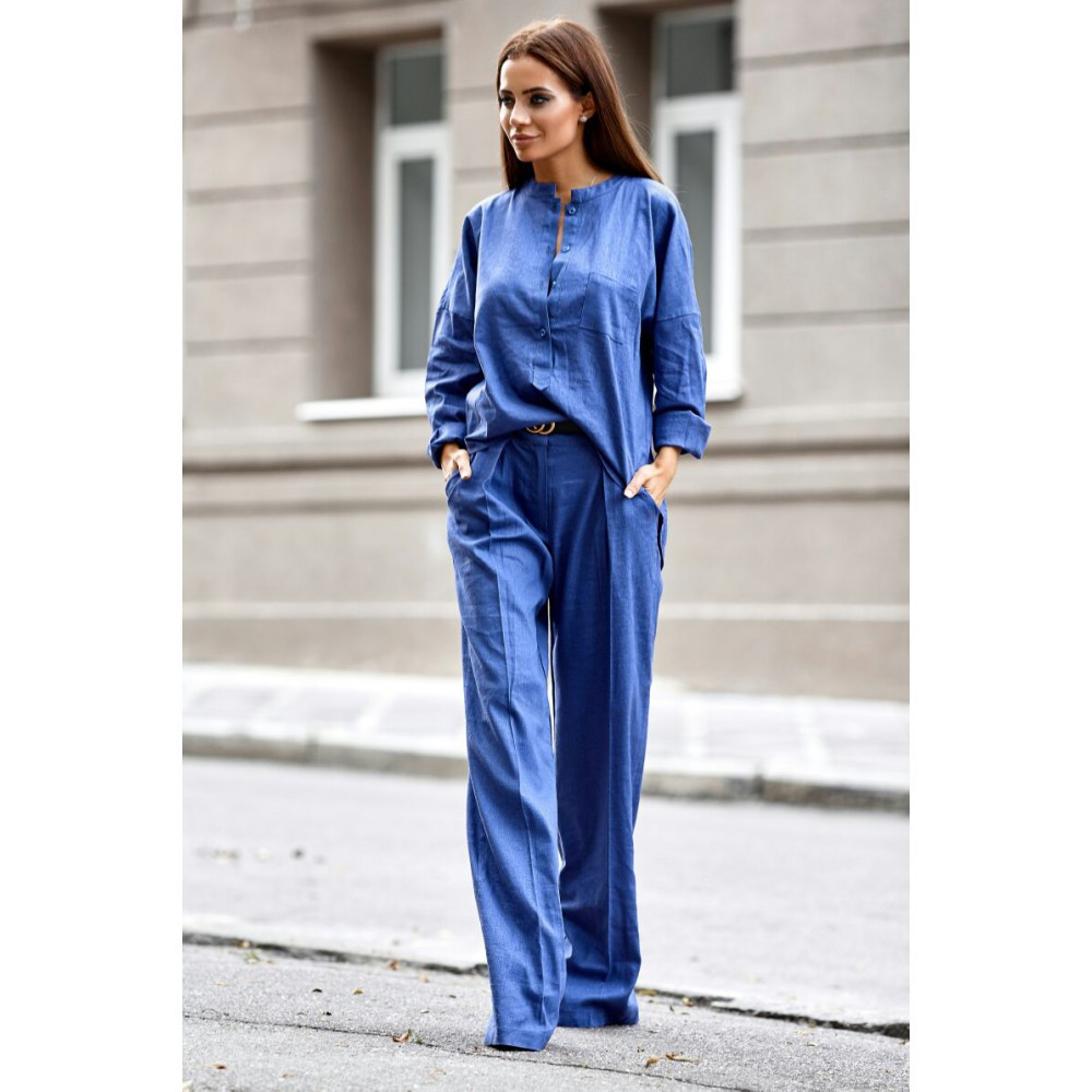 Женский льняной костюм со штанами-клеш синий