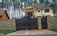 Распашные кованные ворота зашитые металлическим листом