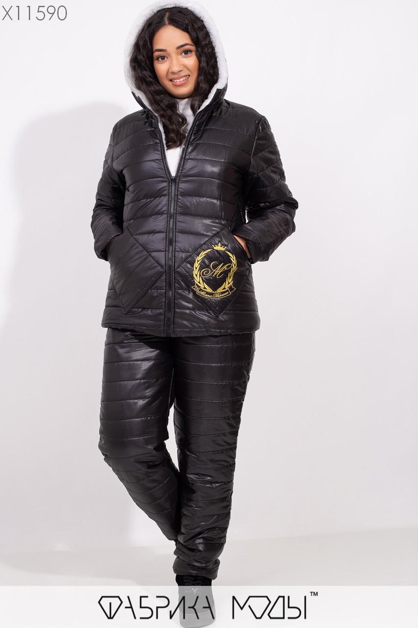 Стеганный зимний костюм: куртка с капюшоном, подкладом из овчины и накладными карманами с вышивкой, прямыми брюками на синтепоне X11590
