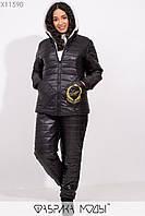 Стеганный зимний костюм: куртка с капюшоном, подкладом из овчины и накладными карманами с вышивкой, прямыми брюками на синтепоне X11590, фото 1