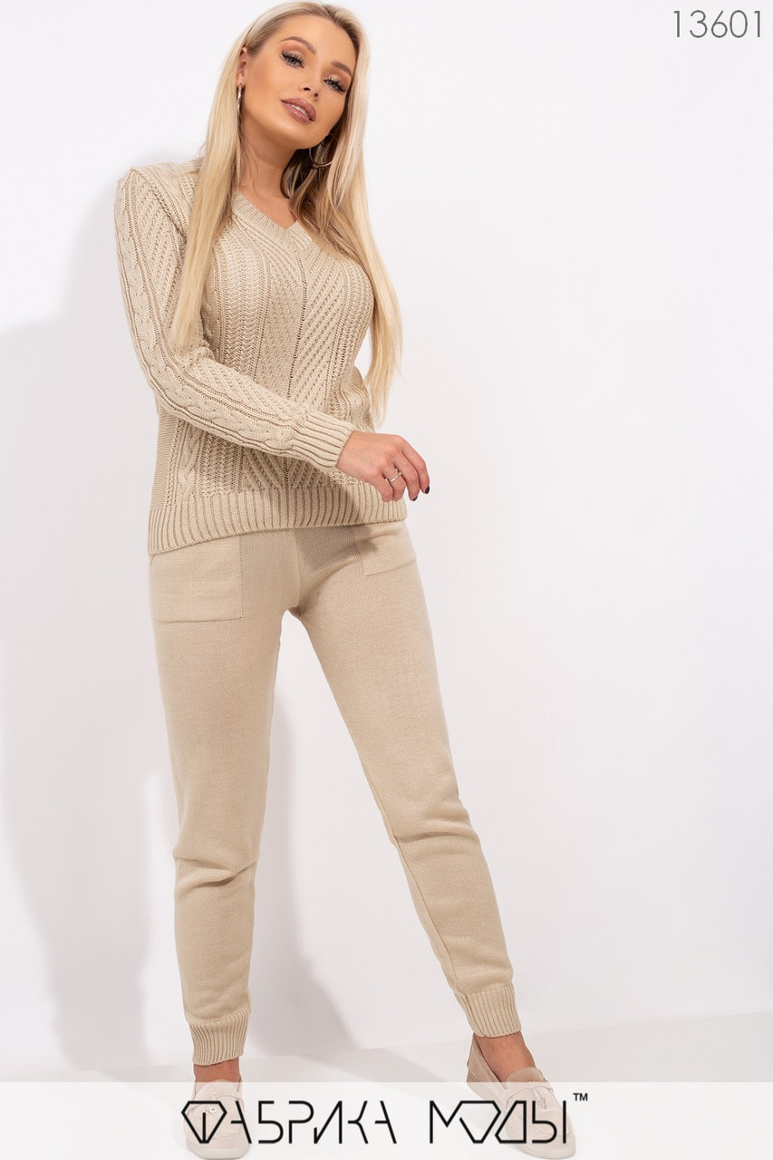 Вязаный костюм: джемпер с фактурной вязкой спереди и брюки средней посадки с кулиской и карманами на манжетах 13601