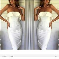 Платье футляр летнее белого цвета из еврокрепа с воланом на груди
