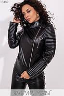 Приталенная куртка из эко-кожи со стеганными рукавами на молнии, накладными карманами с листочкой 13489