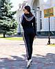 Стильний жіночий спортивний костюм з вставками з в'язання: кофта з капюшоном та штани, фото 3