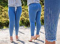 Женские батальные джинсы со стразами внизу