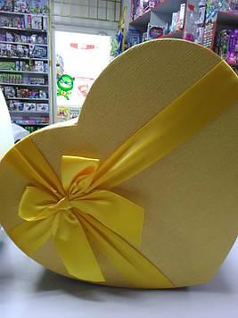 Подарочная коробочка желтое сердце с большим жёлтым бантом 32 см