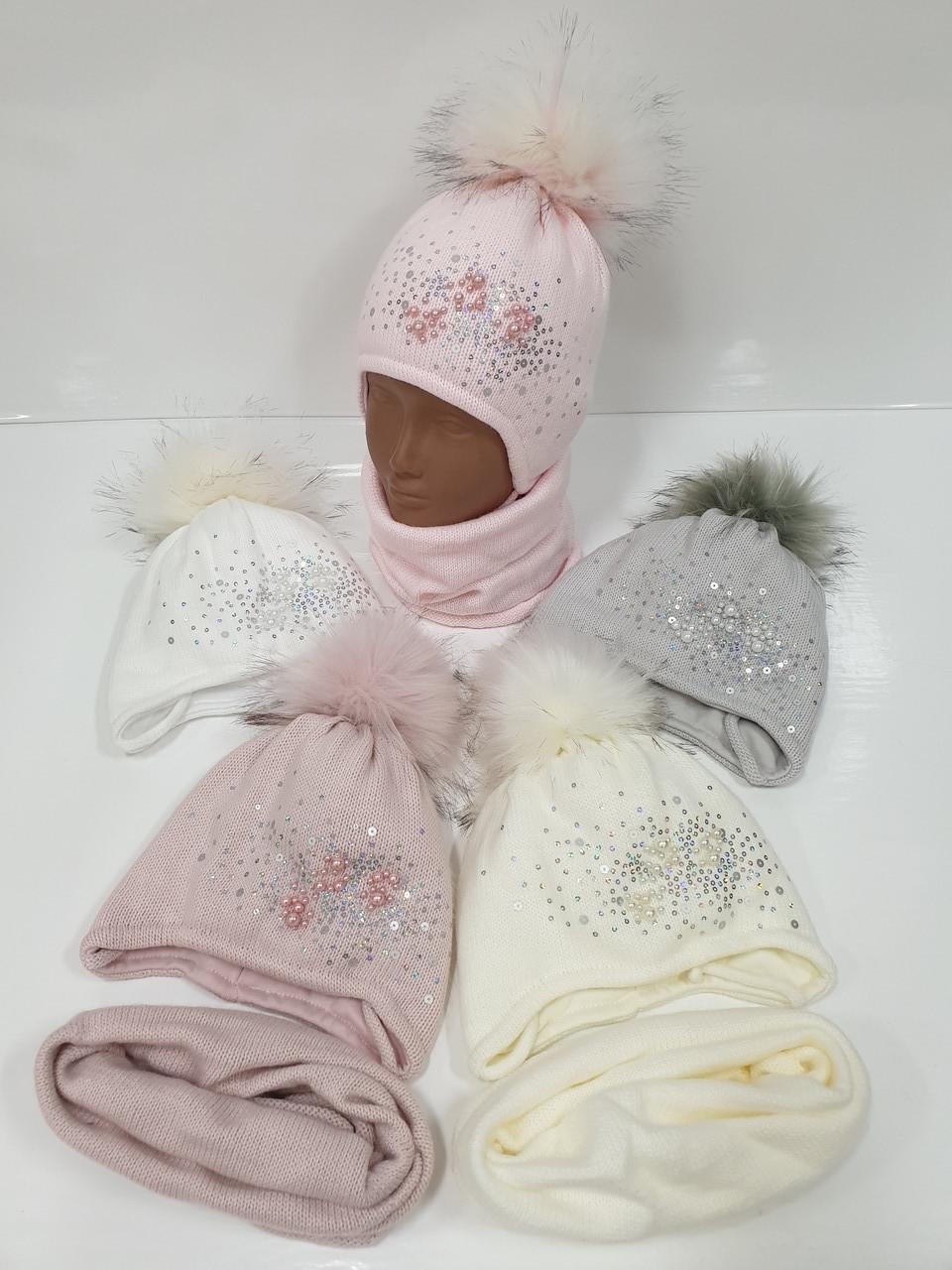 Детские утепленные вязаные шапки оптом со снудом, завязками и помпоном для девочек, р.44-46, Ambra (Польша)
