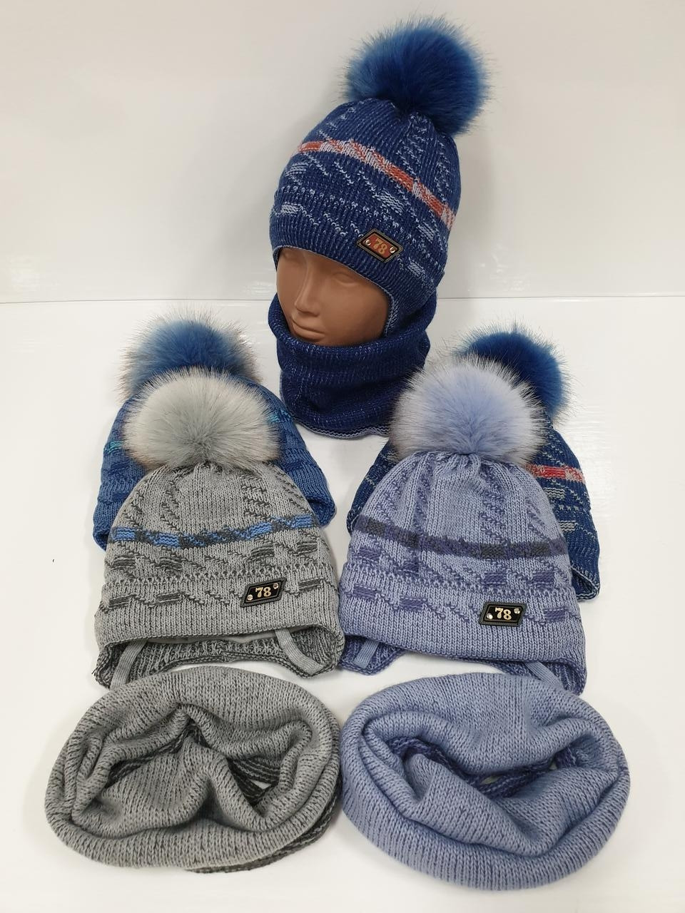 Детские утепленные вязаные шапки оптом со снудом, завязками и помпоном для мальчиков, р.44-46, Ambra (Польша)