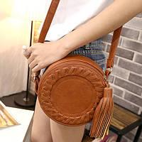 Круглая модельная коричневая стильная сумка для женщин, c украшение кисточка, плетение, на плевом ремне.