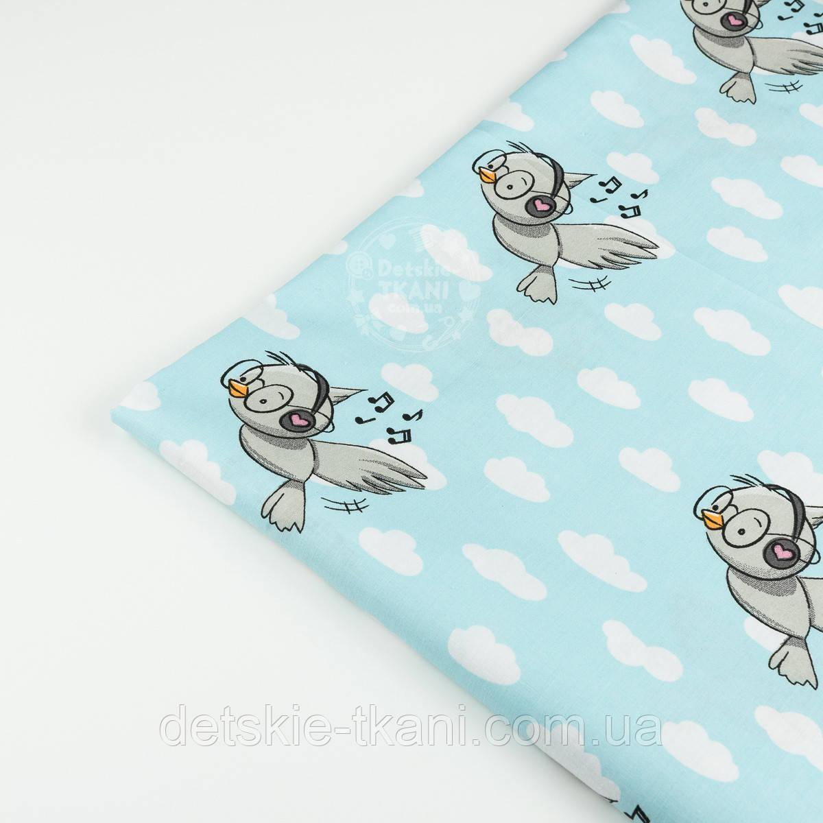 """Лоскут ткани """"Птички в наушниках"""" на светло-бирюзовом фоне, №1426а, размер 36*78 см"""