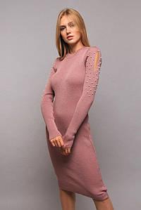 Демисезонное платье  до колен вязанное с бусами цвет пудровый