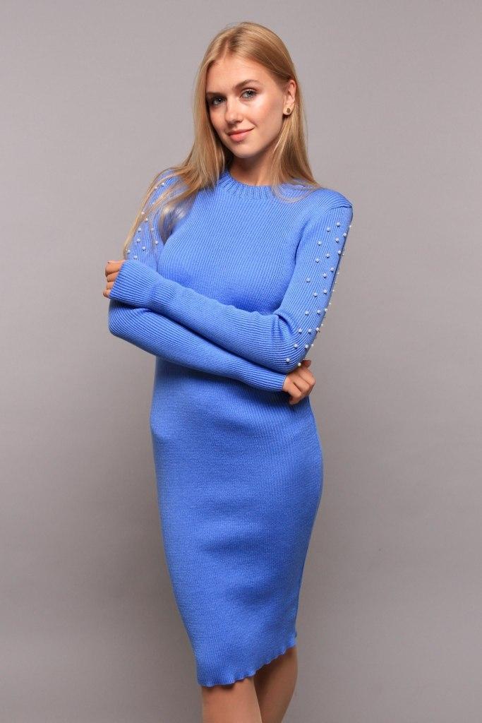 Приталенное платье миди с длинным рукавом украшенным бусами цвет голубой