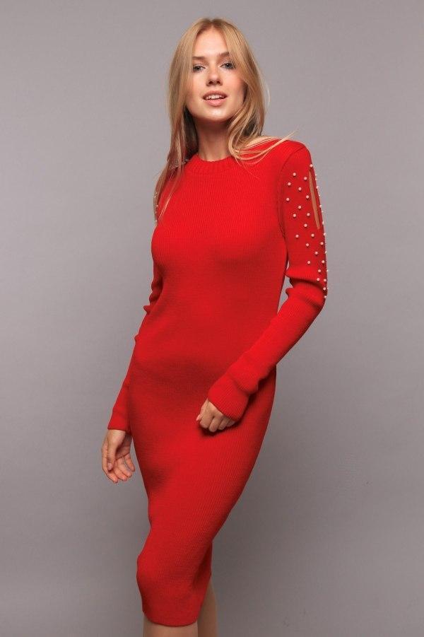 Яркое вязанное платье украшенное жемчугом на рукавах цвет красный