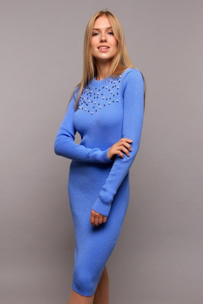 Вязаное платье до колен круглый вырез жемчужины на груди цвет голубой