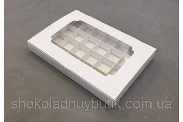 Коробка на 24 конфеты, белого цвета с окошком.
