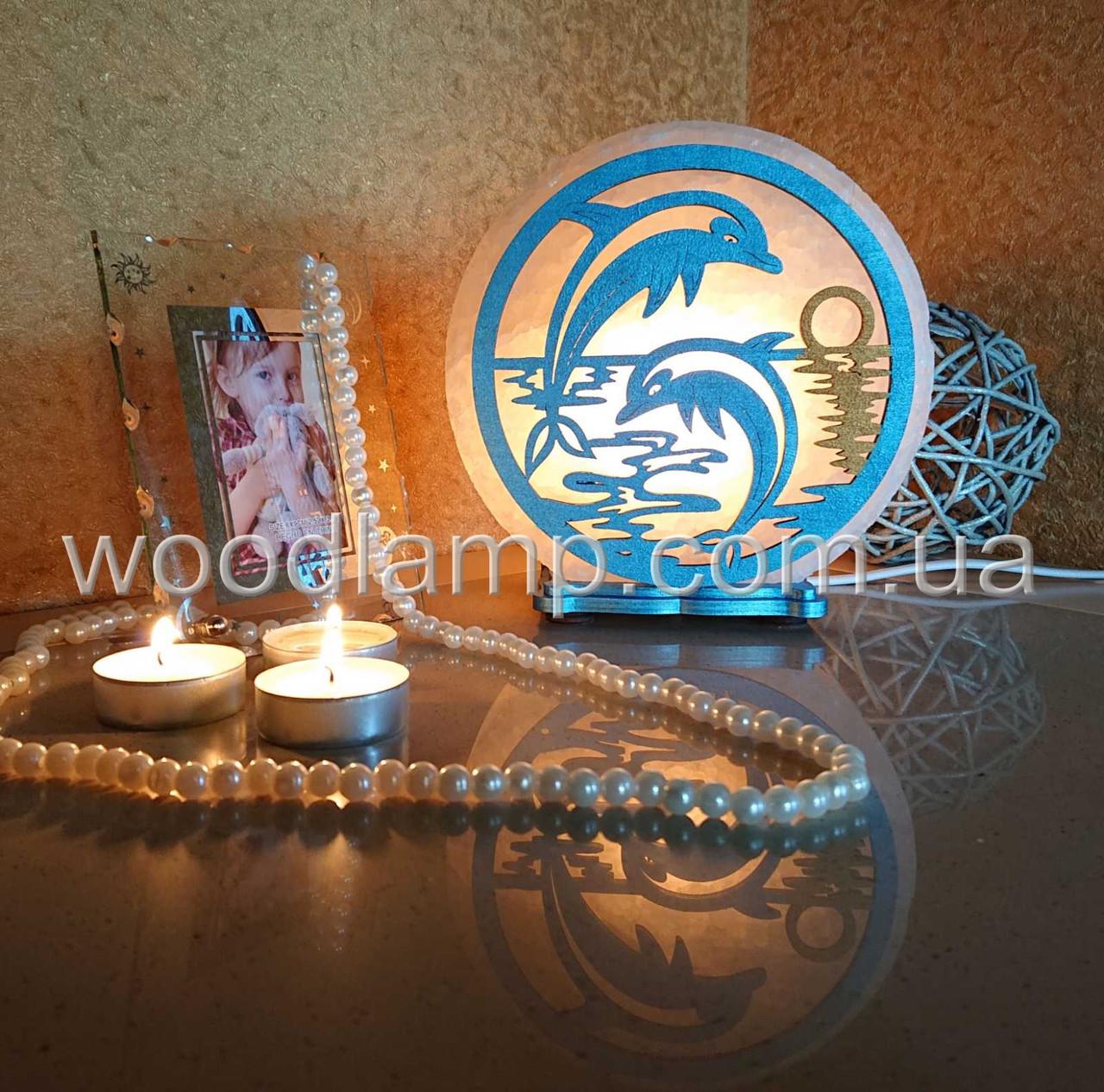 Соляная лампа круглая Дельфины цветная