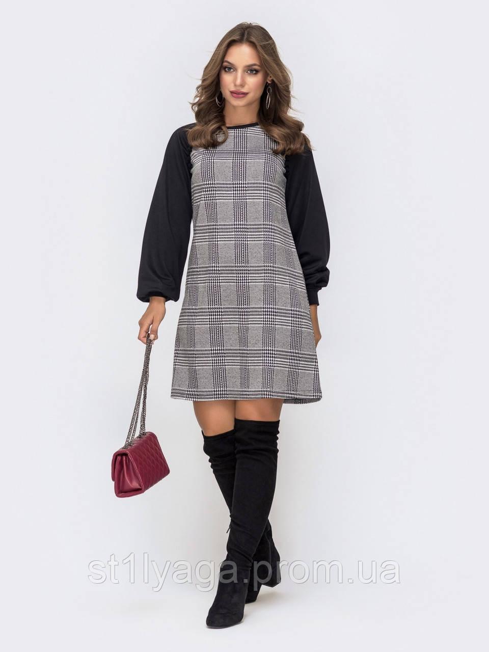 Трикотажное платье мини в клетку с контрастными длинными рукавами  серый