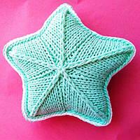 Декоративная подушка Звезда  из трикотажной пряжи с люрексом. Аксессуар для детской или спальни.