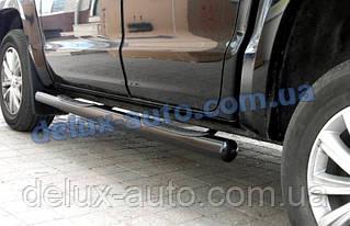 Боковые пороги труба с проступью черный мат на Volkswagen Amarok 2010+ Пороги трубы на Фольксваген Амарок 2010