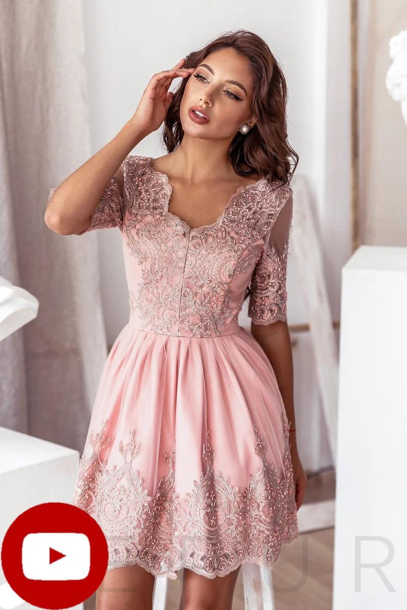 Вечернее платье-мини пудрового оттенка кокетка и подол дополнены ажурными узорами и вышивкой бисером