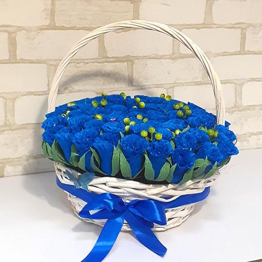 Букет из конфет Розы 65 в корзине синие
