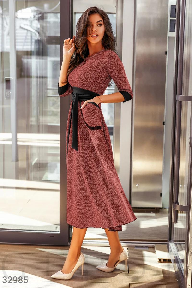 Деловое платье до колен два кармана по бокам и расклешенная юбка цвет красно-черный