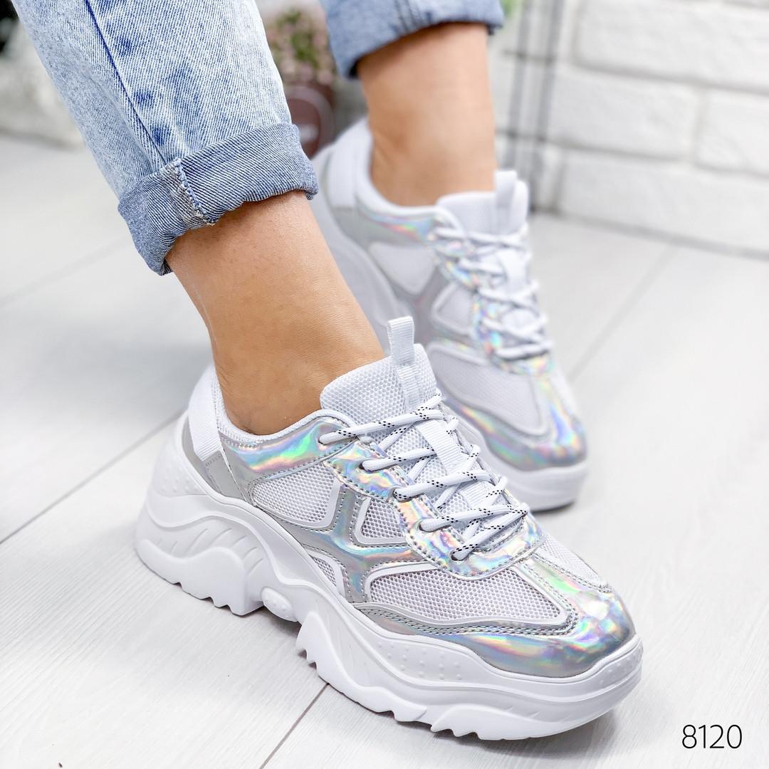 Женские кроссовки на массивной фигурной подошве белые с голографическими вставками