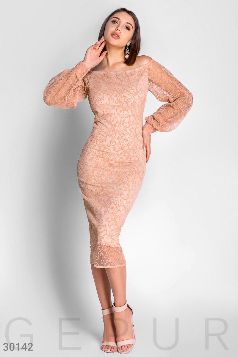 Вечернее платье по фигуре  с блестящим декором и небольшим разрезом сзади цвет персиковый