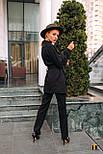 (от 42 до 50 размера) Женский брючный костюм с удлиненным жакетом и накладными карманами vN3358, фото 2
