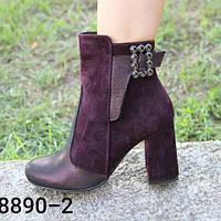 Женские ботинки из натуральной кожи и замши цвета  марсала  на средней высоты каблуке