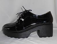 Черные стильные женские полуботинки из натуральной лаковой кожи на подошве с каблуком на шнуровке