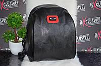Черный рюкзак с глазками.