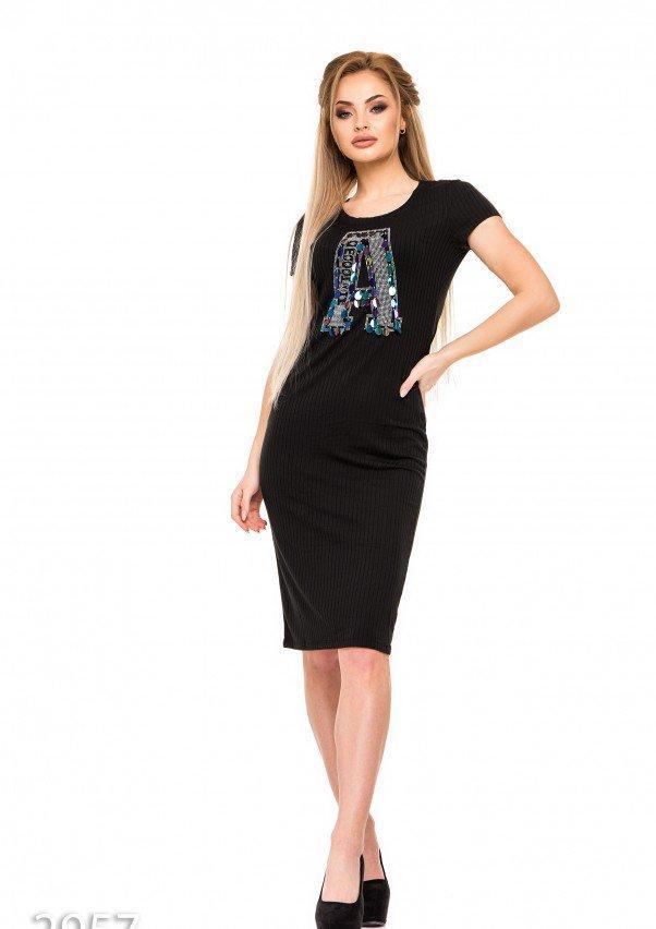 Черное платье в трикотажный рубчик с крупной аппликацией А и пайетками M
