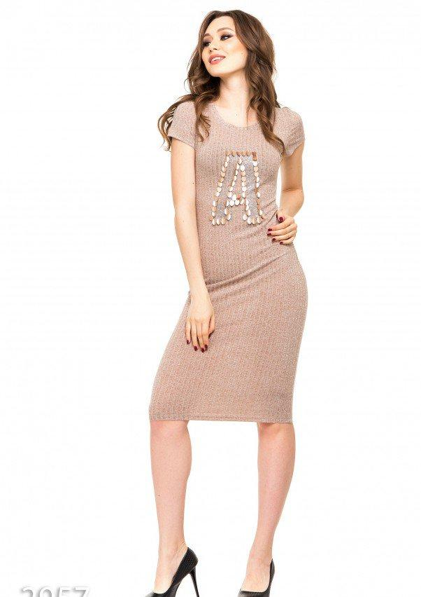 Бежевое платье в трикотажный рубчик с крупной аппликацией А и пайетками M