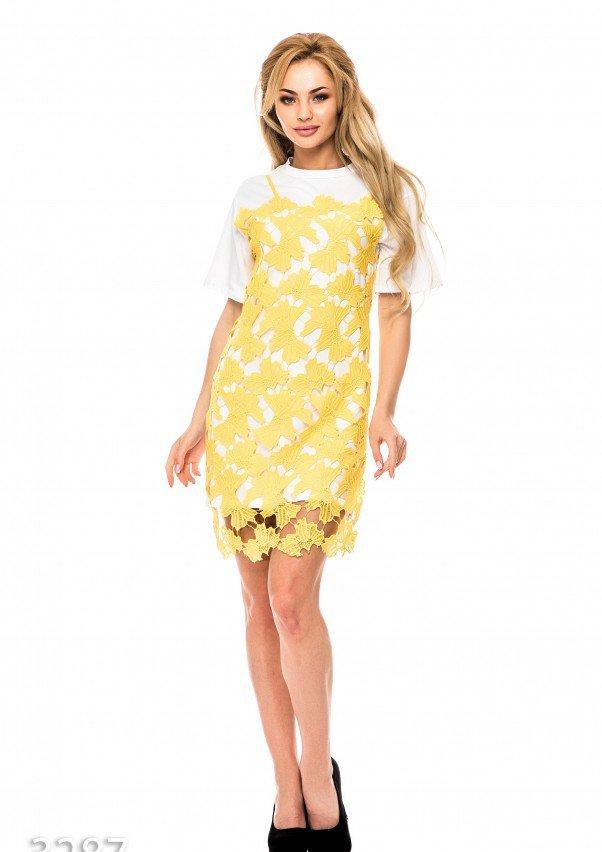 Белое платье-футболка с желтой накладкой из кружева мулине впереди S