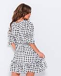 Белое в черный горошек платье декорированное воланами, фото 3