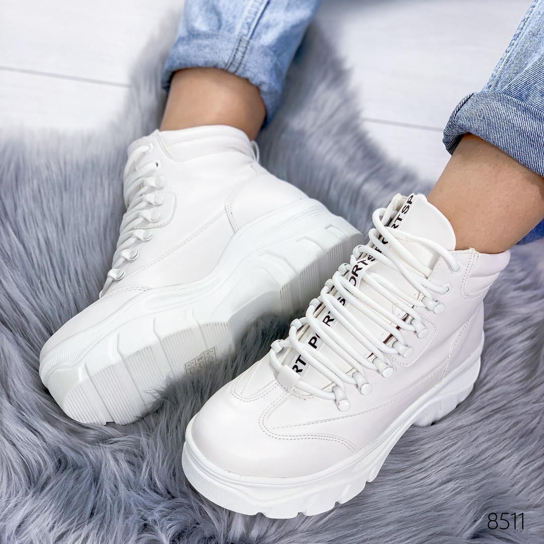 Ботинки женские демисезонные на массивной фигурной подошве и шнурках белые
