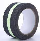 Противоскользящая лента черная с фотолюминесцентной полоской 50 мм