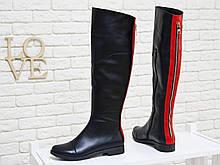 Сапоги-ботфорты из натуральной кожи классического черного цвета со вставками из яркой кожи красного цвета и металлической фурнитурой на низком ходу,