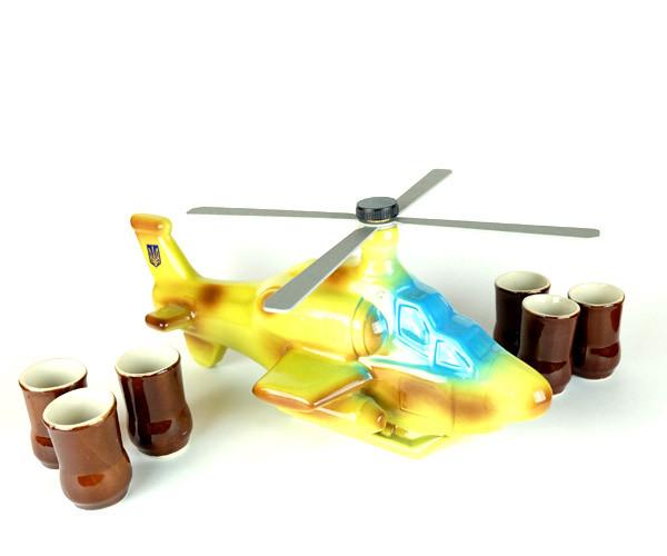Вертолет - подарочная бутылка в виде военного вертолета в комплекте с рюмками