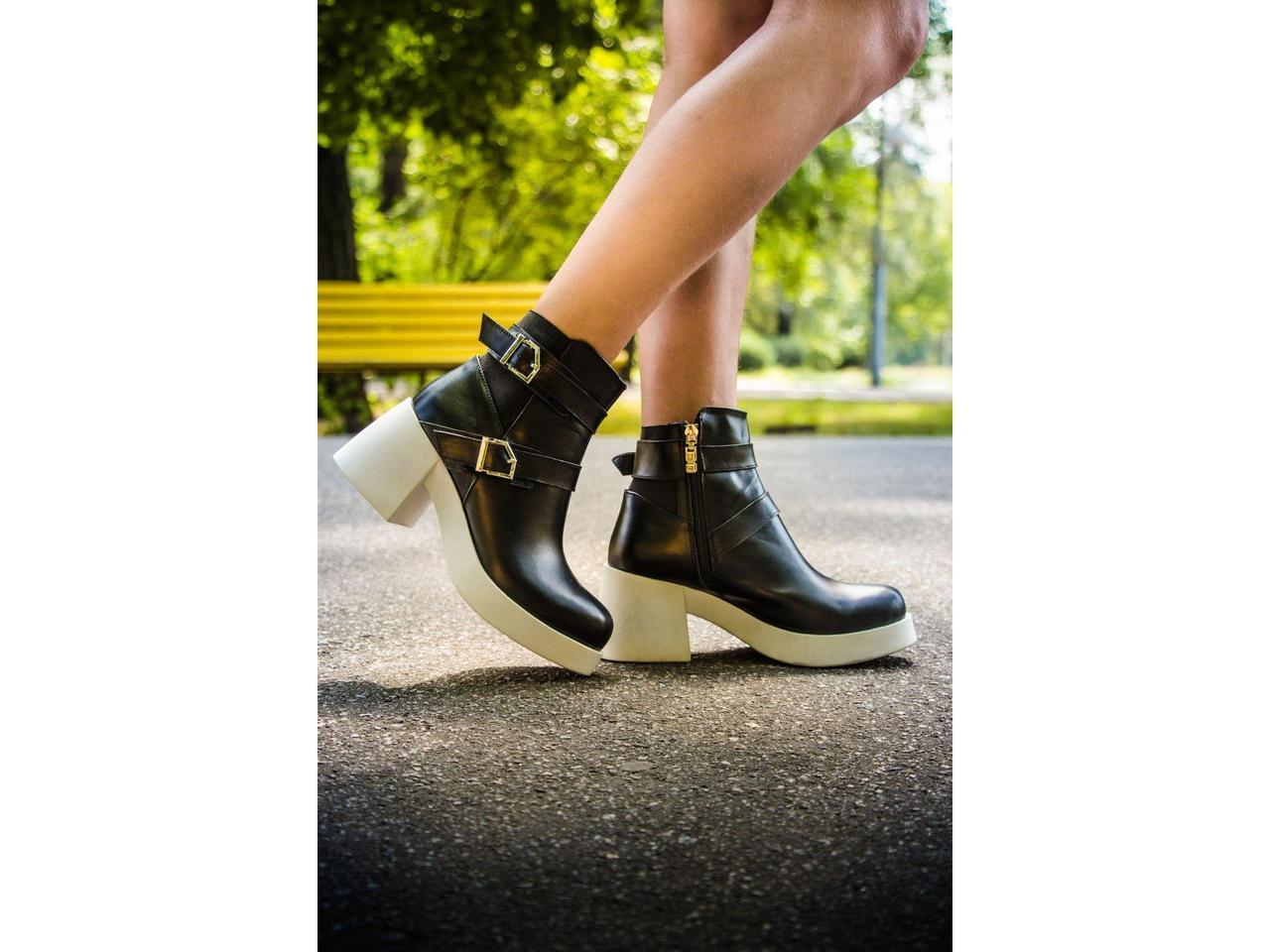 Ботинки в черной коже на молнии с ремешками и застежками на белой устойчивой подошве коллекция осень-зима 2016, Б-1665