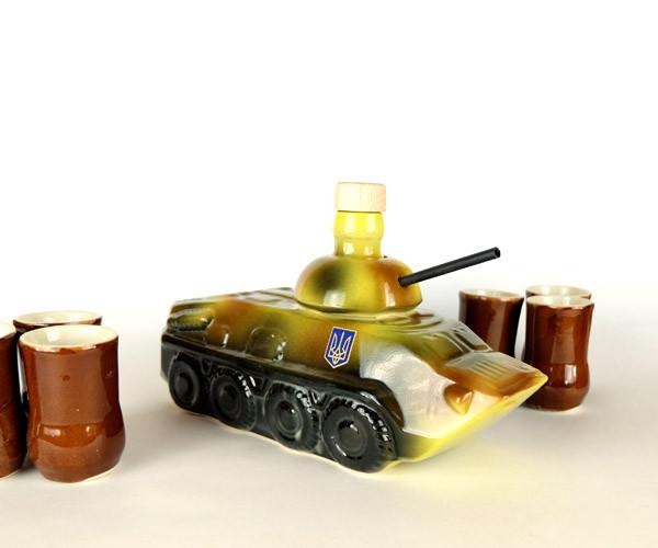 БТР - подарочная бутылка в виде бронетранспортера в комплекте с рюмками