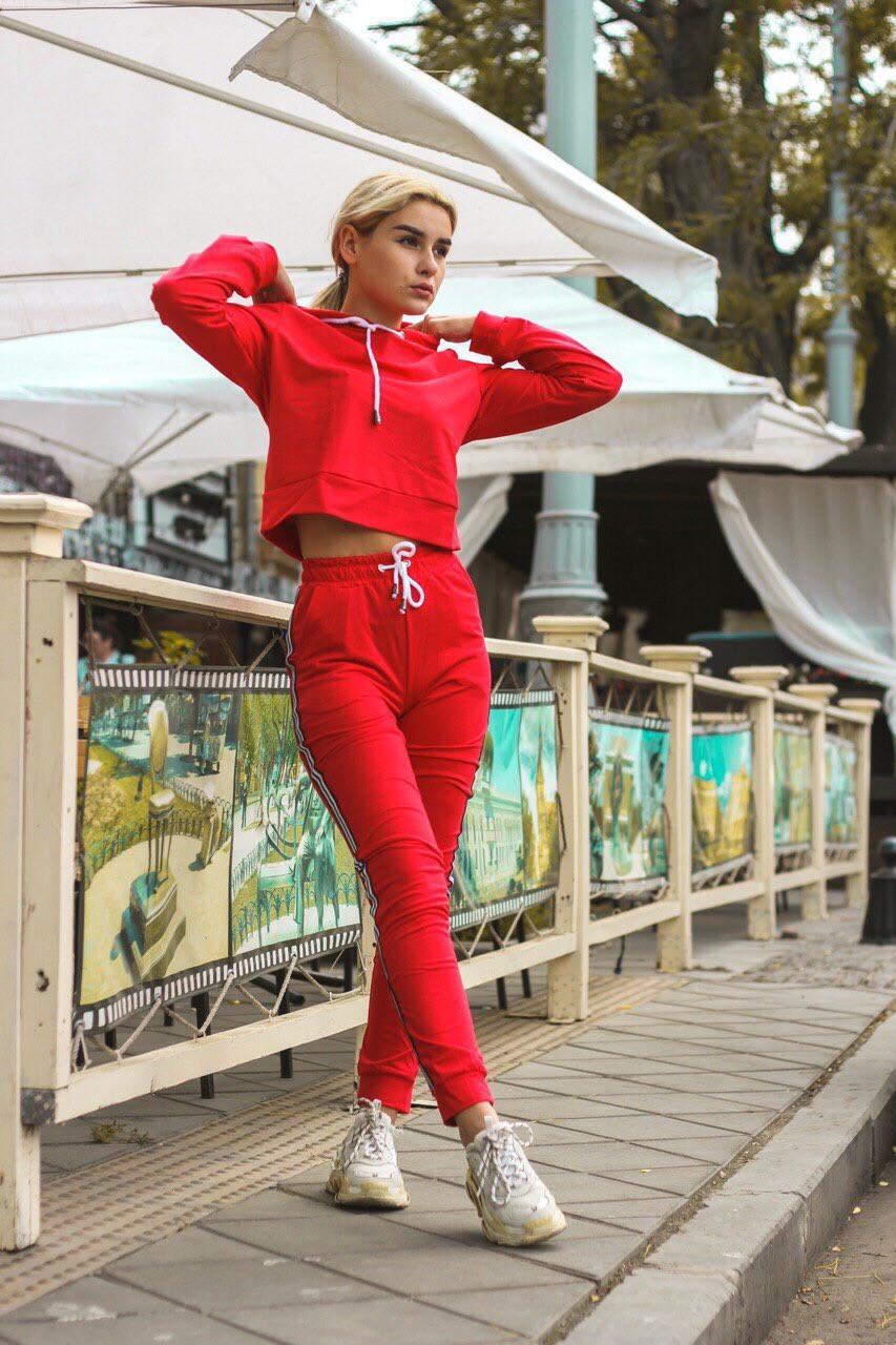 Женский спортивный молодежный костюм: укороченный батник топ с капюшоном с лампасом и штаны