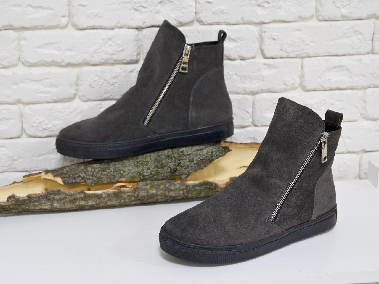Ботинки женские серого мышиного цвета из натуральной замши на практичной черной подошве, Коллекция Осень-Зима, Б-407